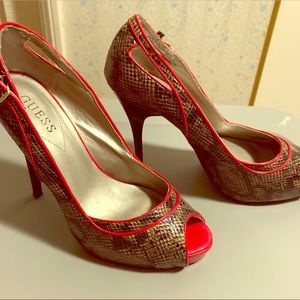 Adorable guess heels. Snake design & a pop of red!